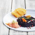 Riso Venere con salmone,avocado e mandorle