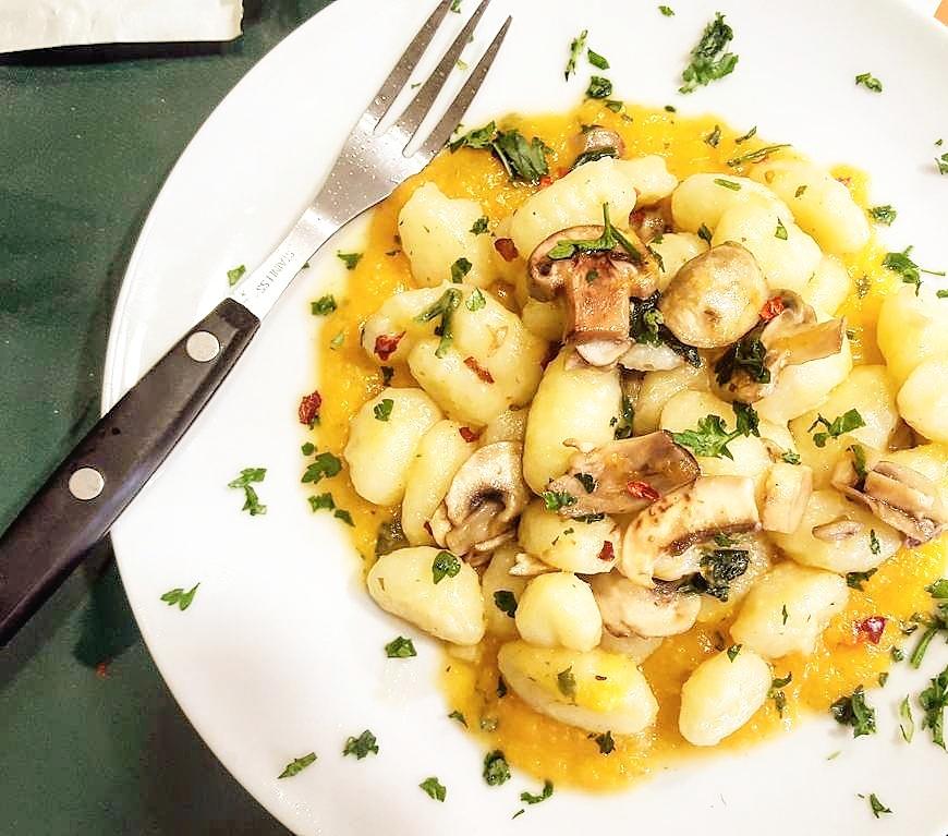 Gnocchi di patate con crema di zucca e funghi - La Cucina del ...