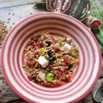 Insalata fredda di farro con cubettini di salsiccia Casareccia Clai, fave fresche, olive e formaggio caprino