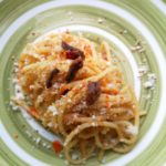 Spaghetti al mandolino con aglio olio alici peperoncino e mollica croccante