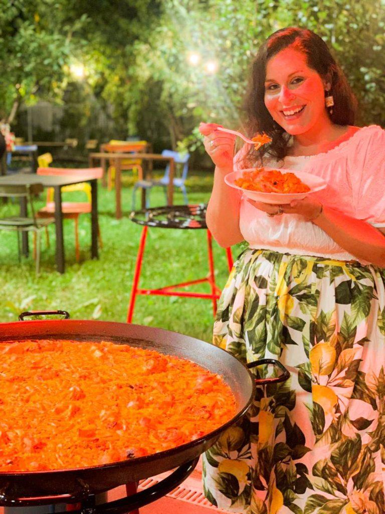 Valentina assaggia la paella valenciana preparata dallo chef Vicente Rioja