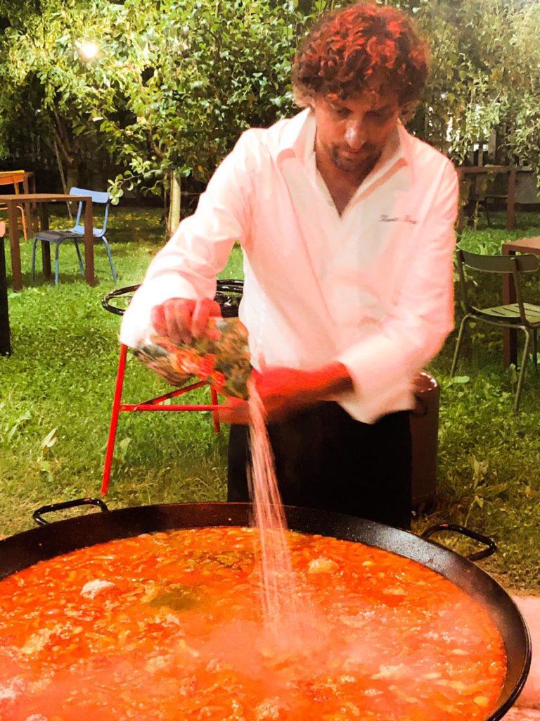 Lo chef Vincente Rioja, titolare del ristorante Rioja a Valencia attivo dal 1924, prepara la paella.