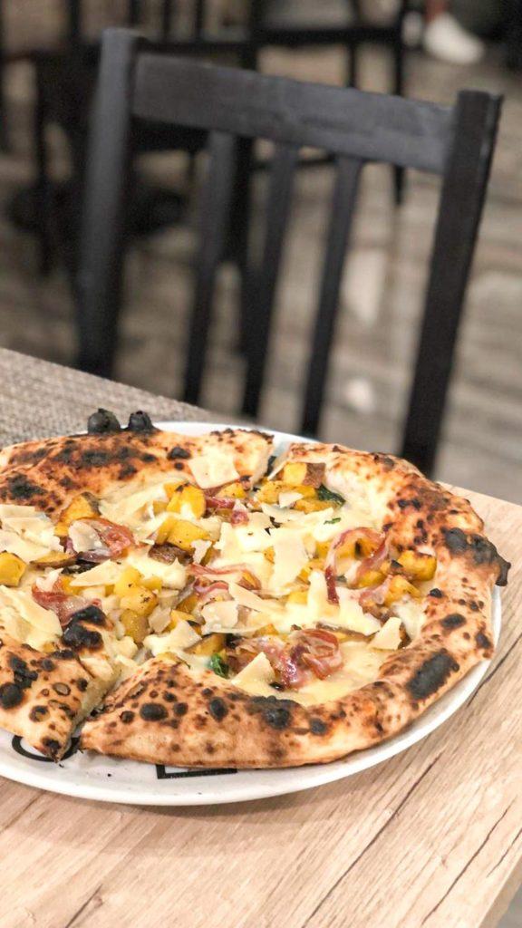 Pizza Brigante: patate, fior di latte, pecorino e pancetta di maialino nero