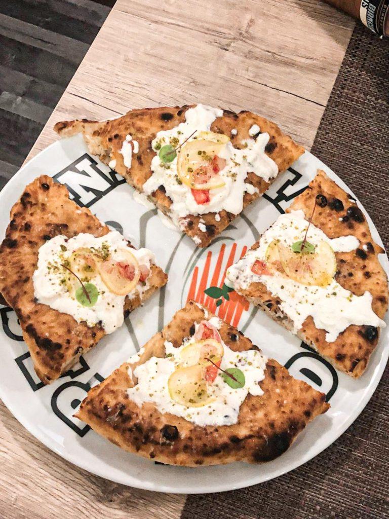 Pizza le due Sicilie : stracciatella, gambero di mazzara del vallo, limone di sorrento e pistacchio di Bronte in polvere